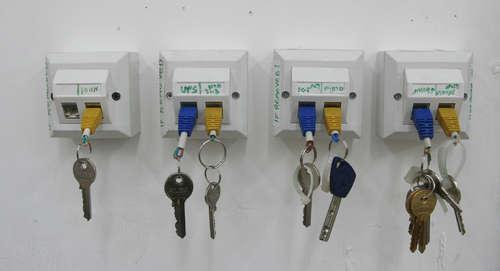 key rack for geeks (via shelterness)