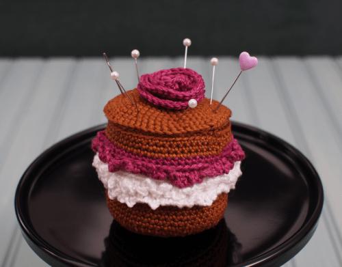 chocolate cake pincushion (via messyla)