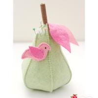 felt pear pincushion (via mollyandmama)