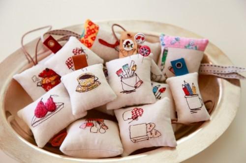 mini pincushions (via minkikim)