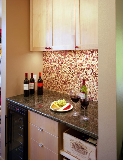 wine cork kitchen backsplash (via shelterness)