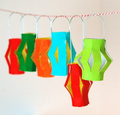 DIY Paper Lantern Ornaments (via thecraftycrow)