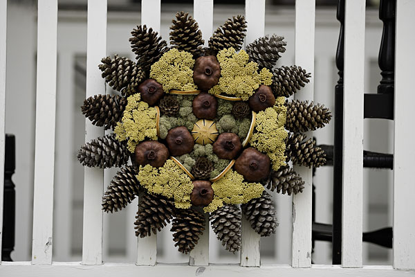 10 Cozy Pinecone Wreaths To Decorate Your Home » Photo 3