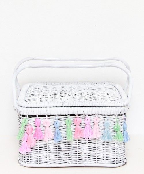 tassel picnic basket (via abubblylife)