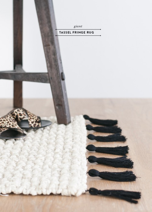 giant tassel fringe rug (via earnesthomeco)