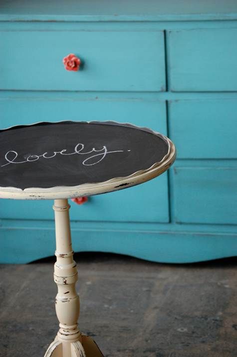 small round chalkboard table (via skinnyscoop)