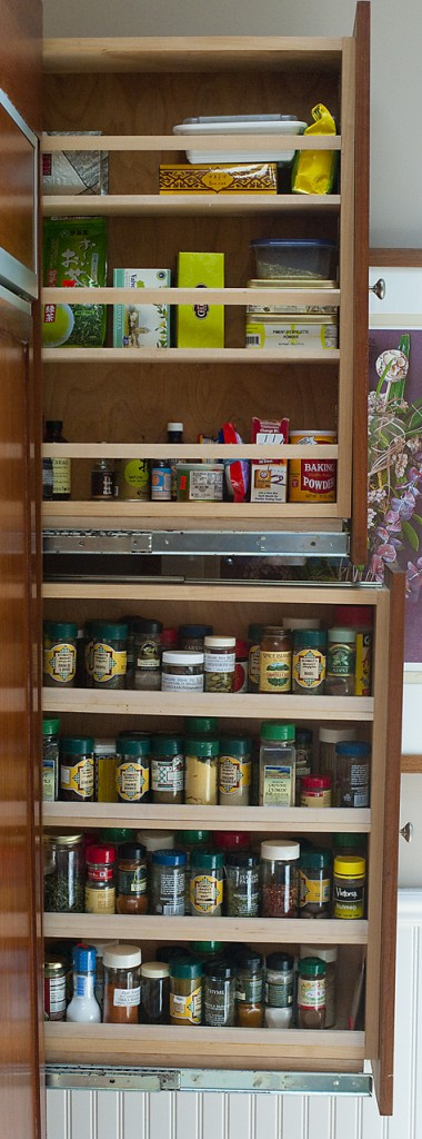 10 pull out spice storage solutions shelterness. Black Bedroom Furniture Sets. Home Design Ideas