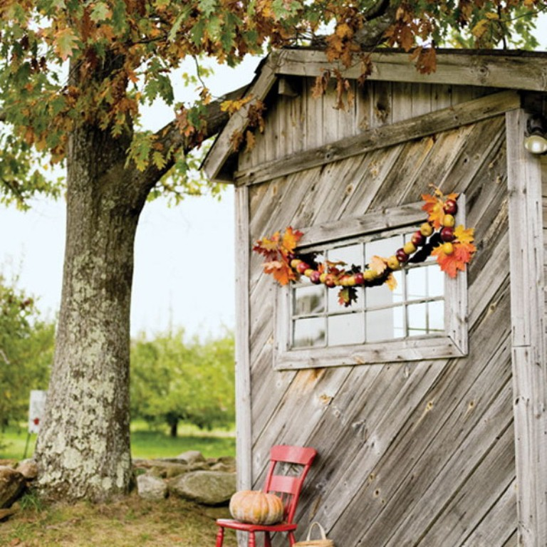 a fall garland of leaves and bold apples is a chic and natural fall decoration for any space