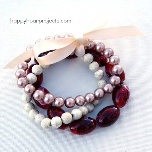 super easy stretch bracelet (via happyhourprojects)