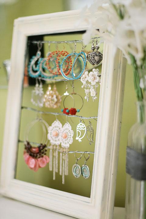 shabby chic earrings display (via kevinandamanda)