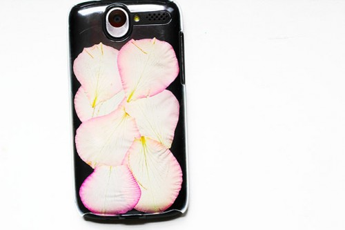 rose petals phone cover (via shelterness)