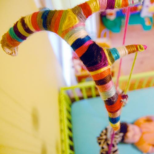 yarn wrapped mobile (via ilovetocreateblog)