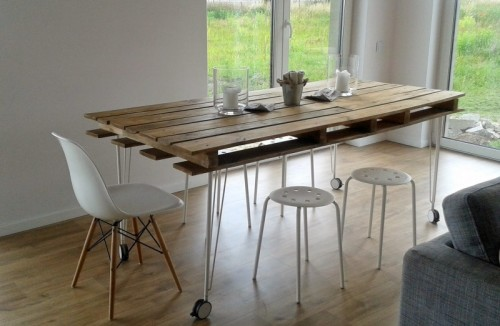 pallet dining table with wheels (via shelterness)