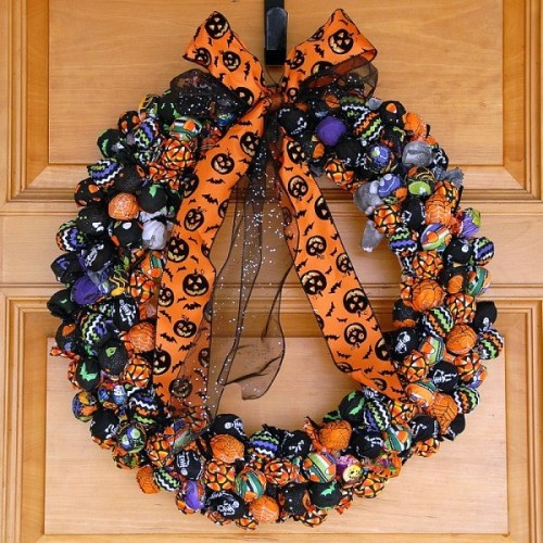 Halloween treat wreath (via boulderlocavore)