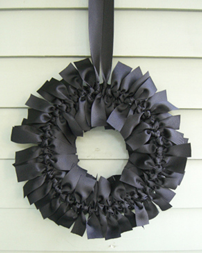 black ribbon wreath (via shelterness)