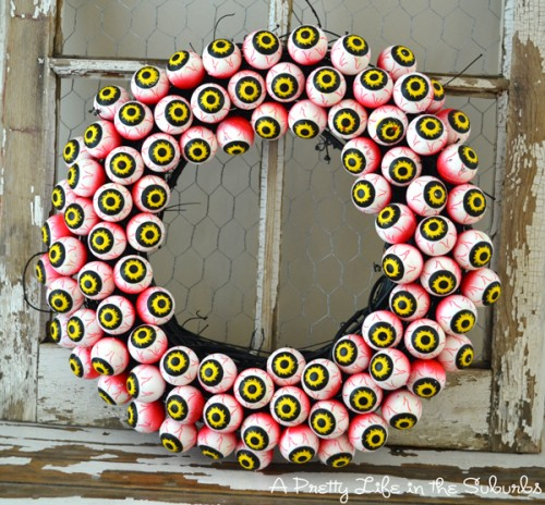 scary eyeball wreath (via aprettylifeinthesuburbs)