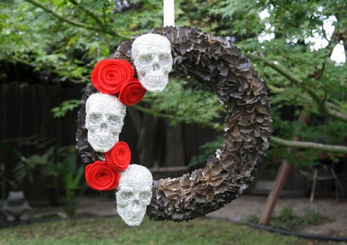 glitter Halloween skull wreath (via shelterness)