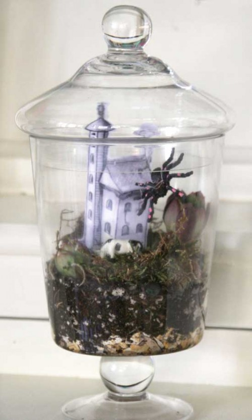 haunted house Halloween terrarium (via denadesigns)