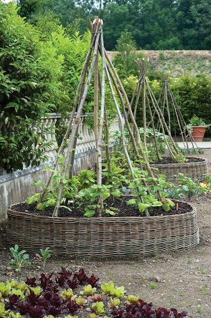 woven flower bed (via thehomesteadsurvival)