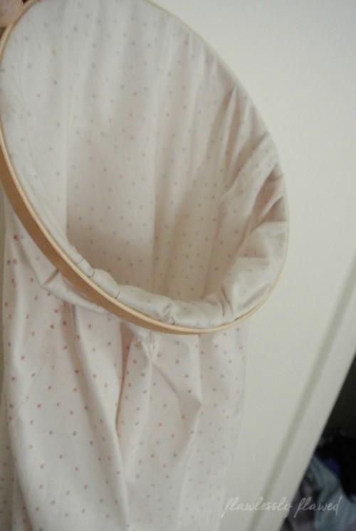 easy embroidery hoop laundry bag (via flawlesslyflawed)