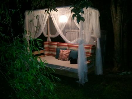 pretty canopy outdoor bed (via ana-white)
