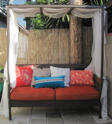 10 simple diy outdoor beds shelterness colorful outdoor daybed via ana white solutioingenieria Choice Image