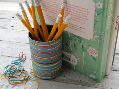 rubber band pencil holder (via thebasicsmagazine)