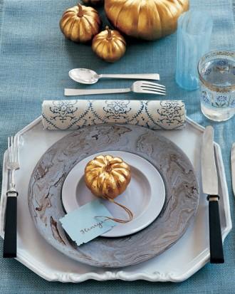 blue and gold table setting (via marthastewart)