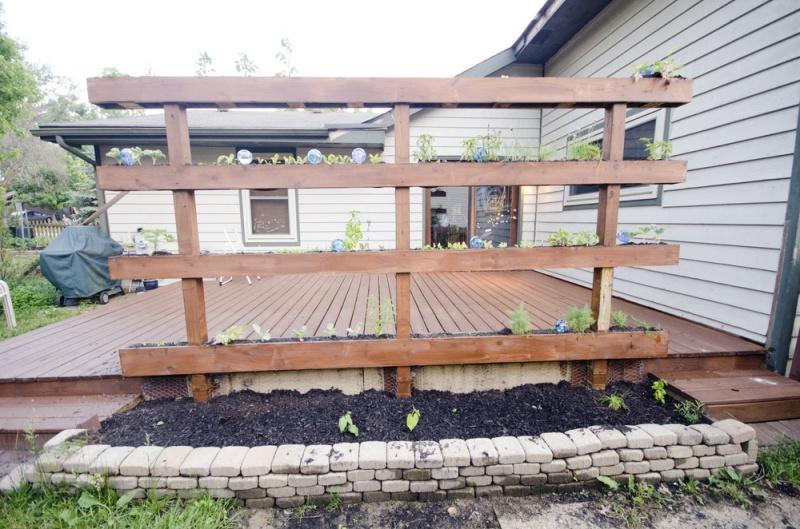 Simple DIY Vertical Garden As Part Of The Terrace