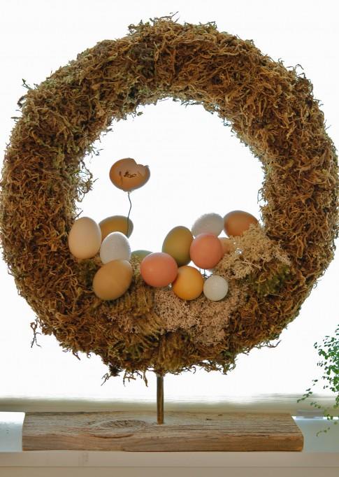 Easter moss and eggs wreath (via theartofdoingstuff)