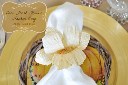 corn husk flower napkin ring (via atthepicketfence)