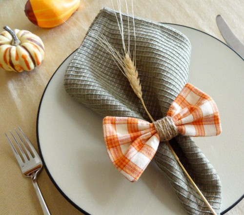 plaid bow napkin rings (via twinkleandtwine)