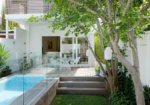 small urban backyard that features a nice pool with a terrace - Garden Design Terraced House