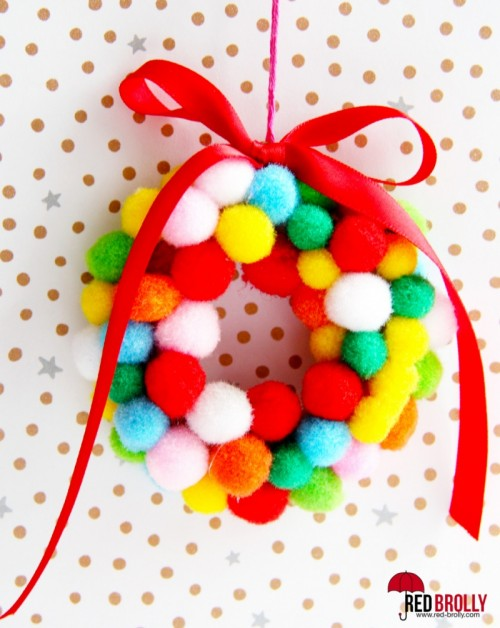 mini pompom wreaths (via red-brollyblog)