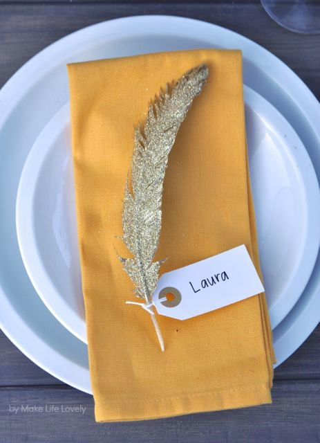 gold feather place card (via makelifelovely)