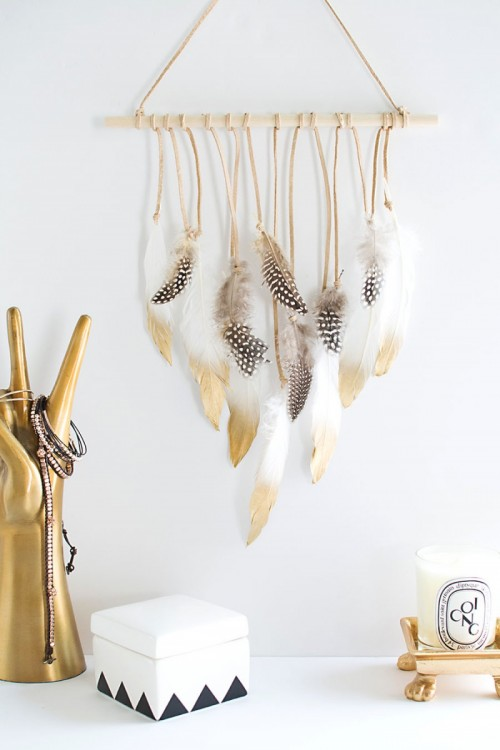 feather wall hanging (via homeyohmy)