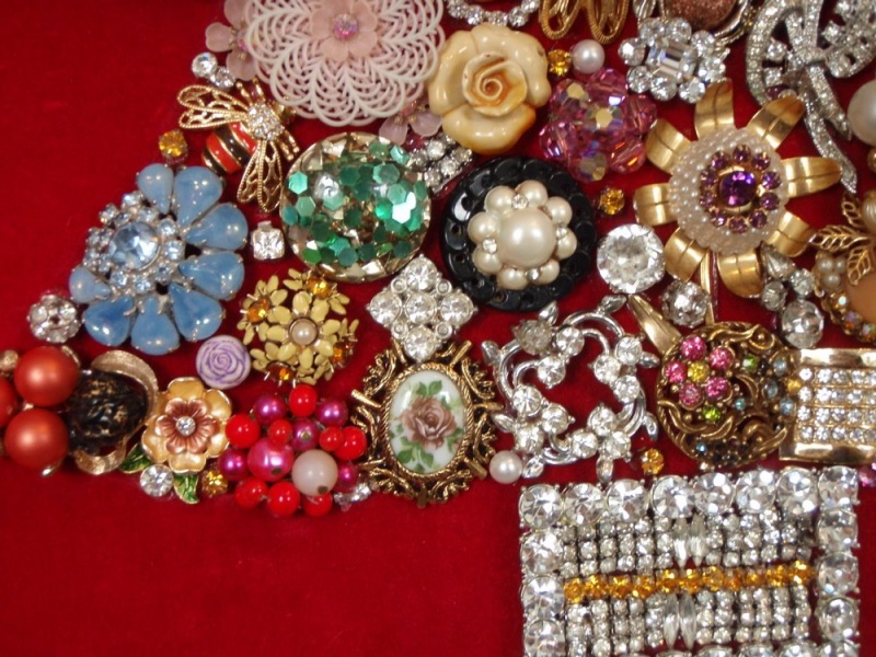 Jewelry christmas tree ideas 187 diy jeweled christmas tree via