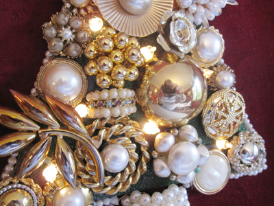 vintage jewelry Christmas tree (via findandflourish)