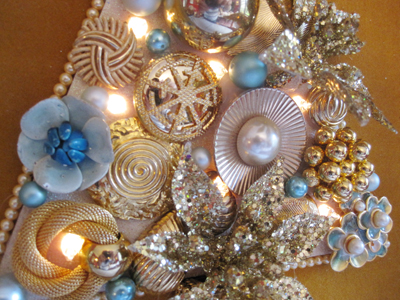 blue vintage jewelry Christmas tree (via findandflourish)