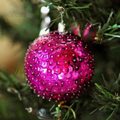 styrofoam sequin ornaments (via agusyornet)