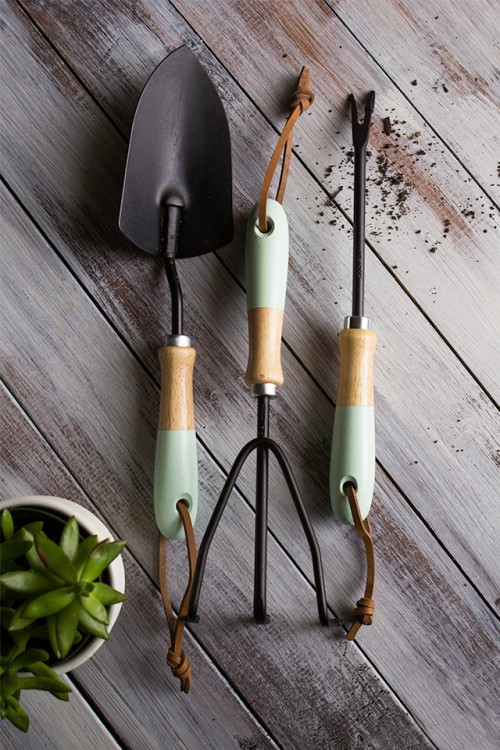 paint dipped garden tools (via sarahhearts)