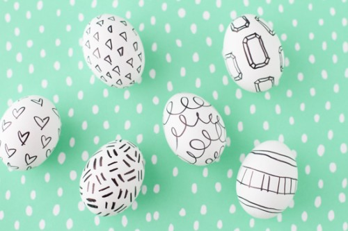sharpie-decorated eggs (via papernstitchblog)