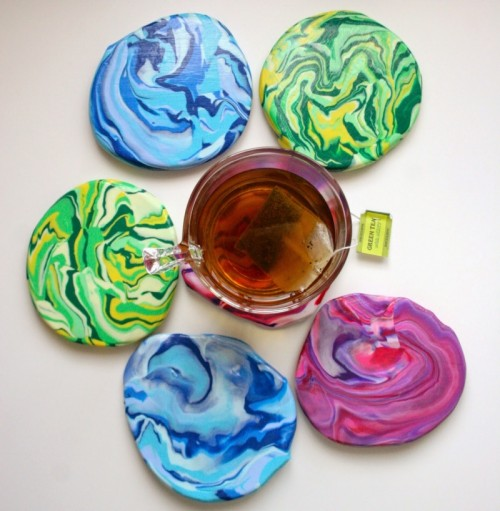 marble clay coasters (via thesurznickcommonroom)