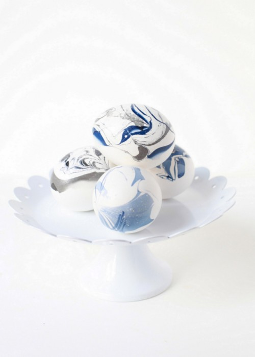 Trendy DIY Marble Easter Eggs Using Nail Polish