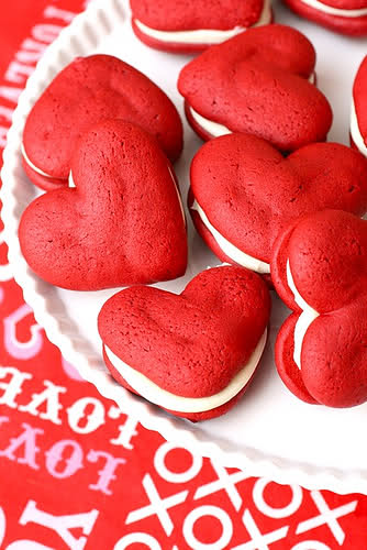 DIY red velvet whoopie pies (via polliblog)