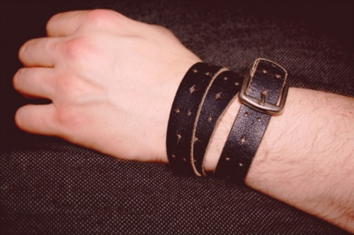 leather belt bracelet (via shelterness)