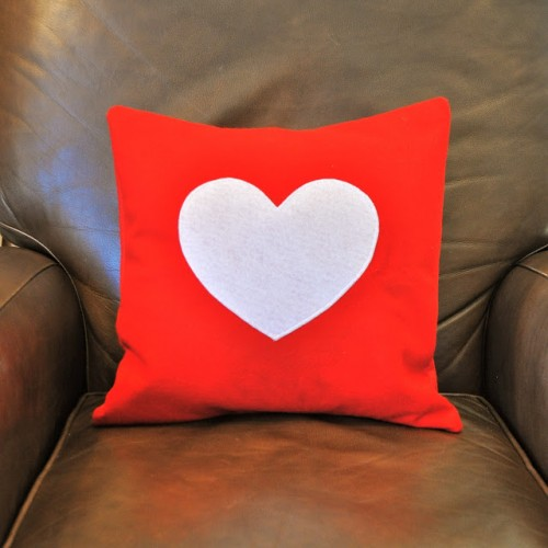 DIY felt heart pillows (via make-life-lovely)