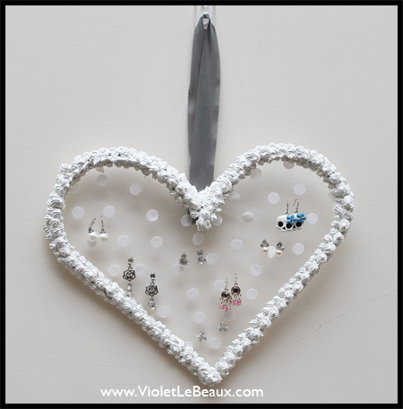 DIY heart earring holder (via violetlebeaux)