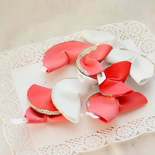 DIY paper fortune cookies  (via nelliebellie)