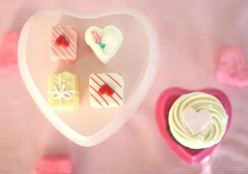 DIY Valentine's Day cake stand (via sayyestohoboken)